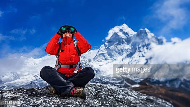 Weibliche Touristen mit Fernglas, Mount Everest National Park