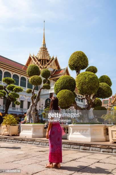 female tourist visiting the grand palace, bangkok, thailand - grand palace - bangkok stock pictures, royalty-free photos & images