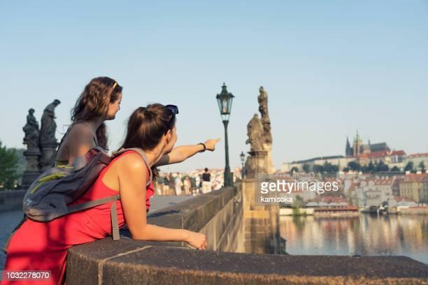 プラハのカレル橋からの眺めを楽しむ女性観光客 - プラハ ストックフォトと画像