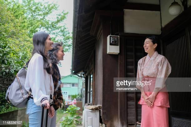 女性観光客は旅館の女将に挨拶 - 観光客 ストックフォトと画像