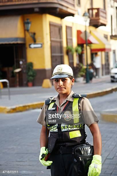 mujer mujer policía de tráfico en servicio en el centro de la ciudad de lima - cultura peruana fotografías e imágenes de stock