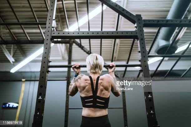 female trainer at cross training gym - cabelo curto comprimento de cabelo imagens e fotografias de stock