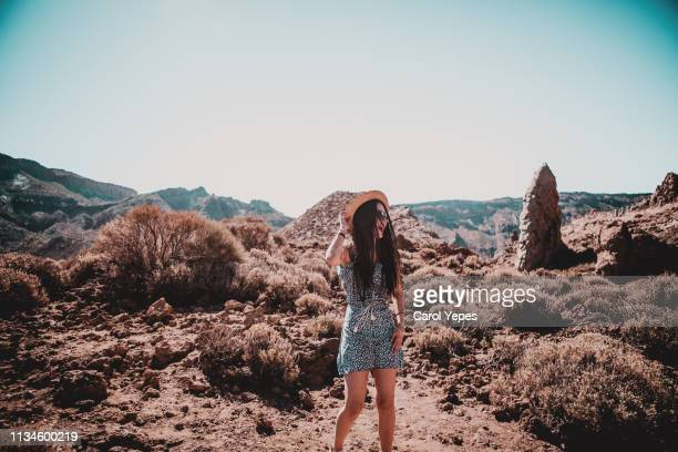 female traveler in teide national park - isla de tenerife fotografías e imágenes de stock