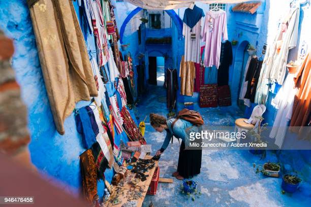 female traveler shopping at outdoor market in morocco - chefchaouen fotografías e imágenes de stock