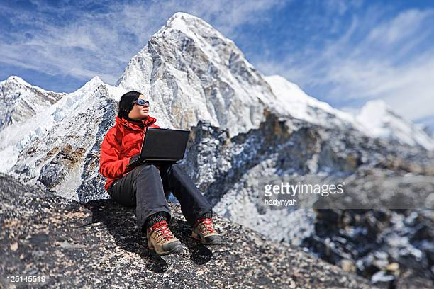 Femme randonneurs sur le Mont Kala Pattar, Mont Pumori en arrière-plan, Himalay