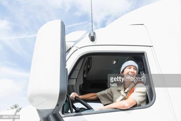 conductor de camión hembra - camioneros fotografías e imágenes de stock
