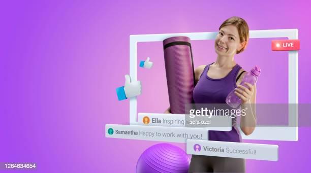 hembra vlogger yoga - influencer fotografías e imágenes de stock