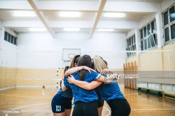 volleyball-frauen-team feiert - volleyball mannschaftssport stock-fotos und bilder