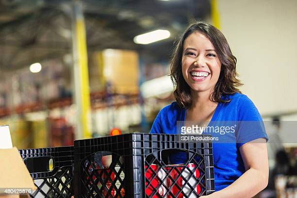 Femme tenant les dons bénévoles courses dans la banque warehouse
