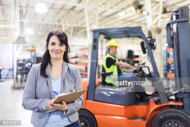 responsable d'entrepôt femme au travail - personne secondaire photos et images de collection
