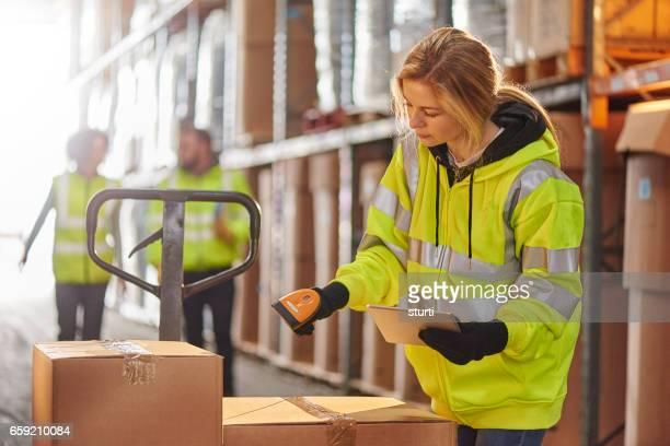 mujer almacén operativo