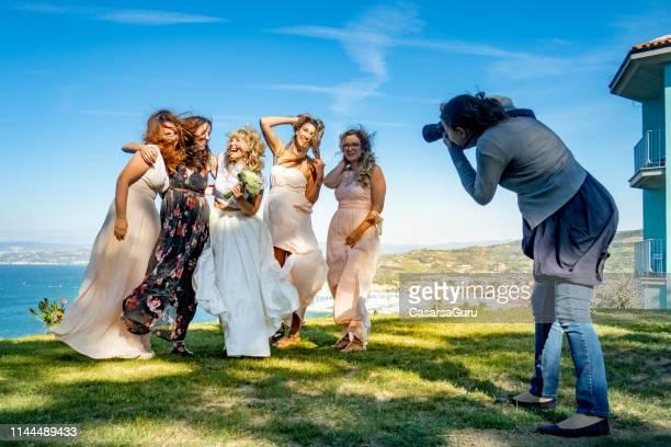 fotografa di matrimoni femminile al lavoro - fotografo foto e immagini stock