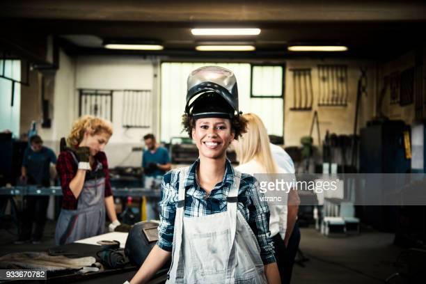 feminino soldador em uma loja de metal - metalúrgico - fotografias e filmes do acervo