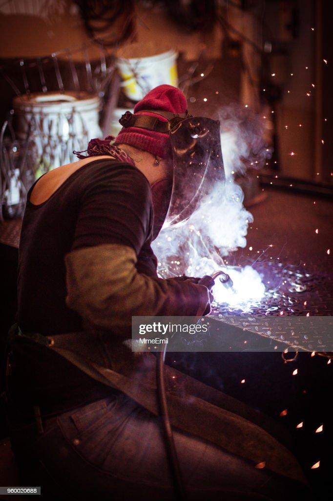 Weibliche Schweißer arbeiten in einer Werkstatt. Metallindustrie Arbeiter : Stock-Foto