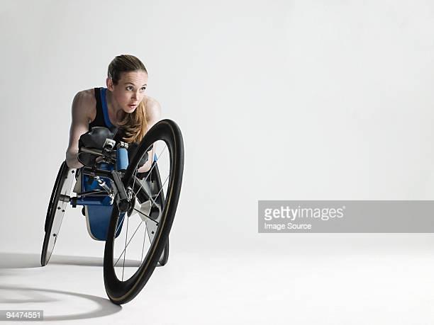 Femme athlète en fauteuil roulant