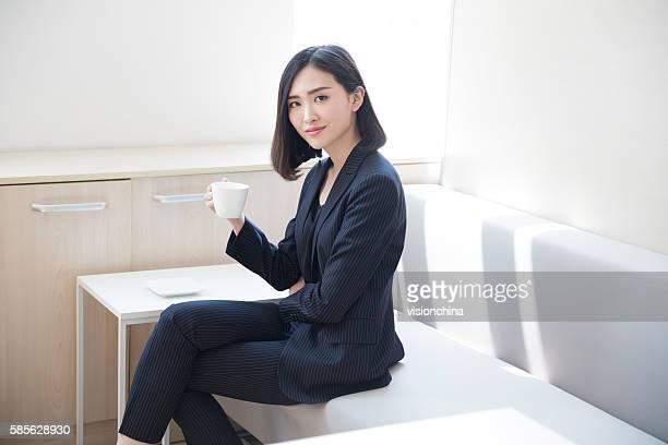 Femme boire un café à col blanc