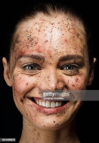 female with a dirt covered face smiling - equimose imagens e fotografias de stock