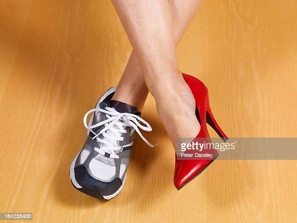 female work and pleasure - talons hauts photos et images de collection