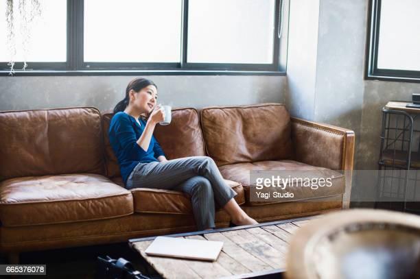 リラックスしてソファーに座っていた女性労働者