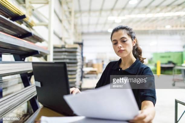 Werkneemster werkt in de fabriek