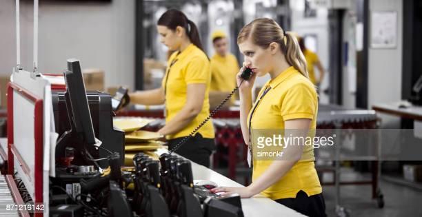 倉庫で働く女性労働者