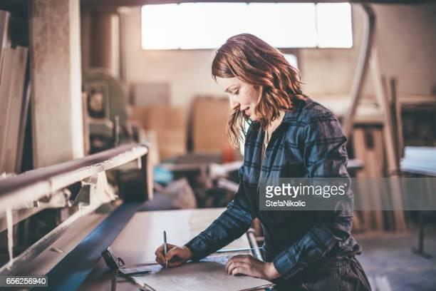 Weiblich, die Arbeiten am Projekt in Tischlerei