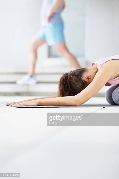 mulheres trabalhando em um tapete de yoga na sala de ginástica - copy space - fotografias e filmes do acervo