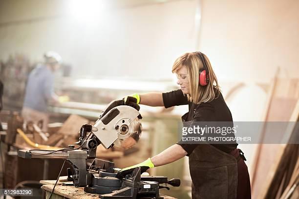 Frauen arbeiten mit Kreissäge