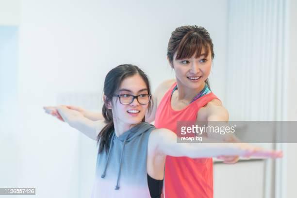 ヨガを教える女性ヨガインストラクター - コーチ ストックフォトと画像
