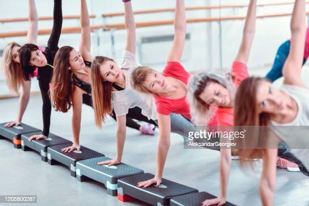 fêmeas fazendo prancha lateral na academia - mulher sensual - fotografias e filmes do acervo