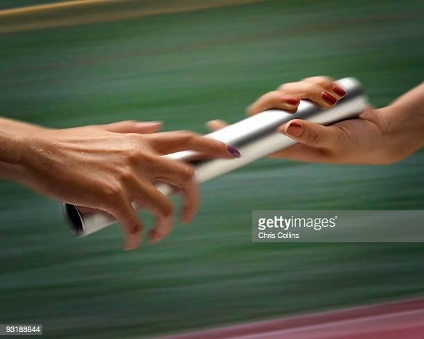 females passing baton - passing sport stock-fotos und bilder