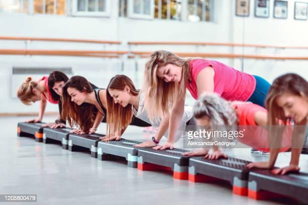 mulheres praticando flexões na academia - mulher sensual - fotografias e filmes do acervo