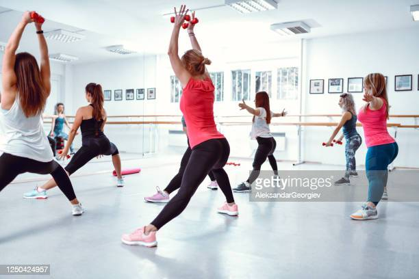 females warming up in gym - extra long stock pictures, royalty-free photos & images