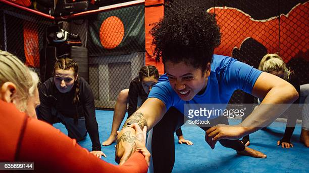 females wrestling intraining - female wrestling holds stockfoto's en -beelden