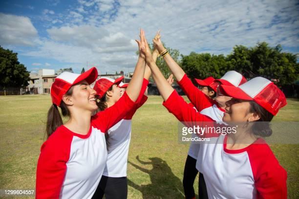 femenil honkbalteam, het vieren - sports league stockfoto's en -beelden