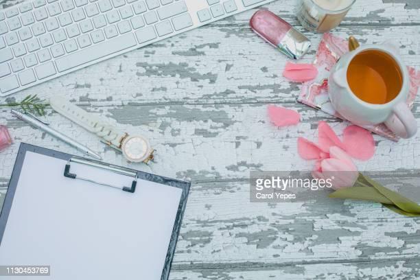 feminine office desk table - feminidad fotografías e imágenes de stock