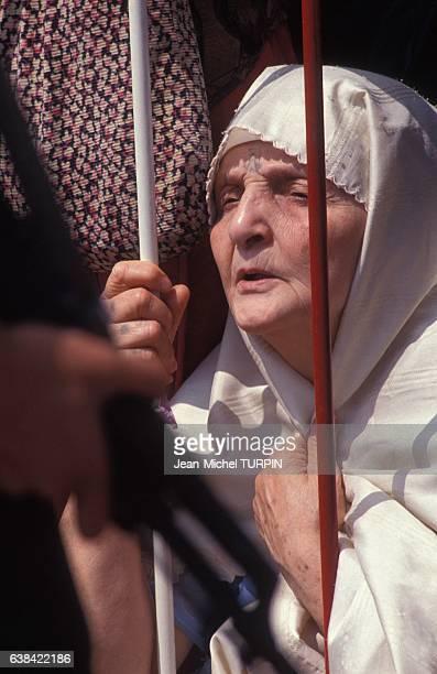 Femme assistant aux obsèques de Slimane Amirat compagnon d'armes de Mohamed Boudiaf et décédé peu de temps après lui le 5 juillet 1992 à Alger Algérie