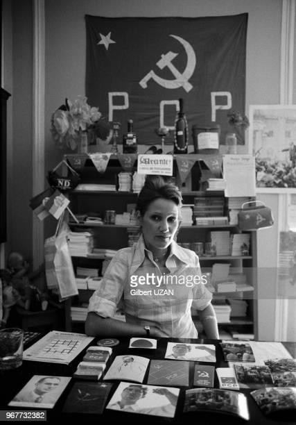 Femme au siège du Parti Communiste Portugais à Lisbonne le 26 aout 1974 Portugal