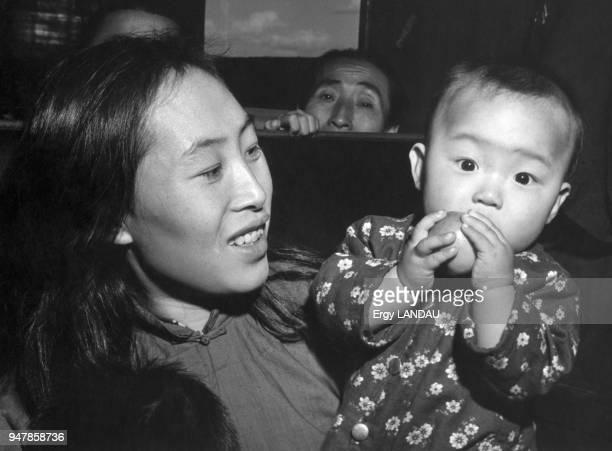 Femme avec son bébé en Chine circa 1950