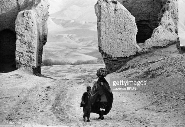 Femme avec son fils devant la porte Darwaza Khona de Khoulm , en avril 1972, Afghanistan.