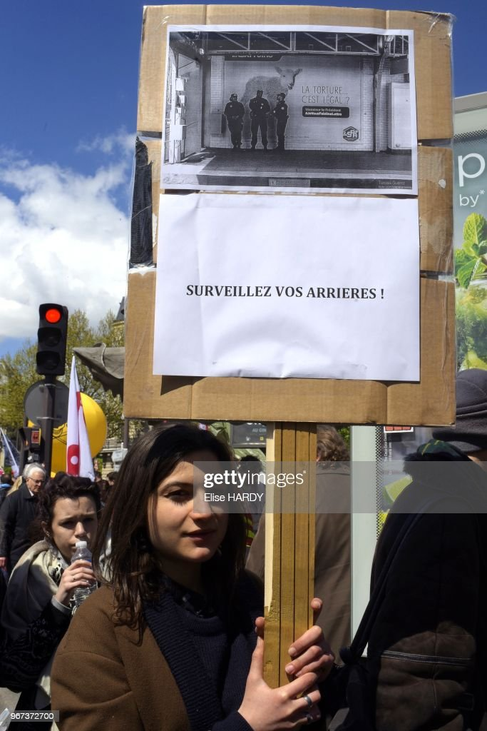 Femme avec une pancarte surveillez vos arrières lors de