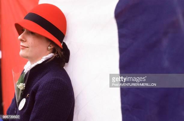 Femme, brin de muguet en poche photographiée pendant la manifestation d'extrême-droite à Paris, France le 1 mai 1988.