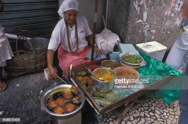 Femme cuisinant du vatapa du caruru et de l'acarajé pour la fête de l'abolition de l'esclavage à Salvador de Bahia en mai 1988 Brésil