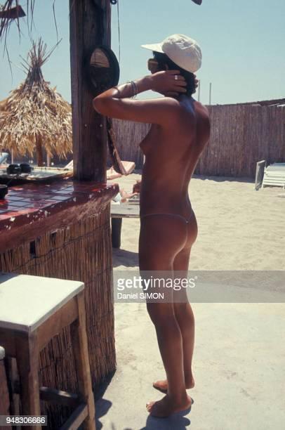 Femme dans un camp de vacances nudiste à SaintTropez dans le Var France