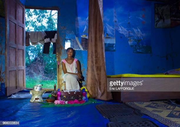 Femme de la tribu Menit dans sa maison dans le village de Tum