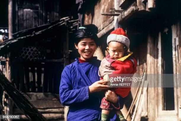 Femme Dong avec son bébé dans le village de Duntong en novembre 1992 dans la province du Guizhou Chine