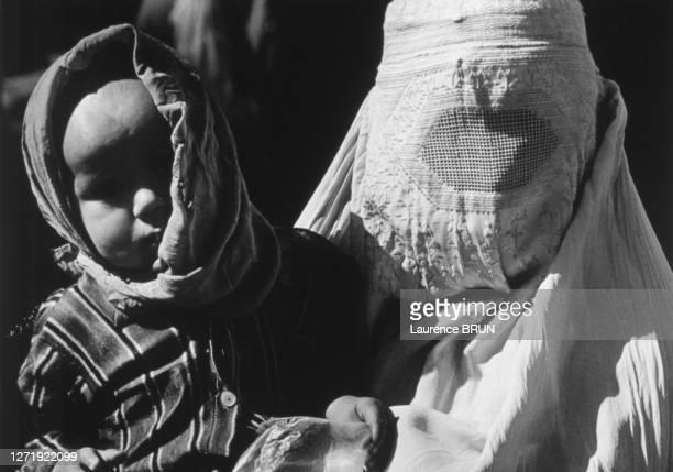 Femme en burqa avec son bébé à Kaboul, en 1972, Afghanistan.