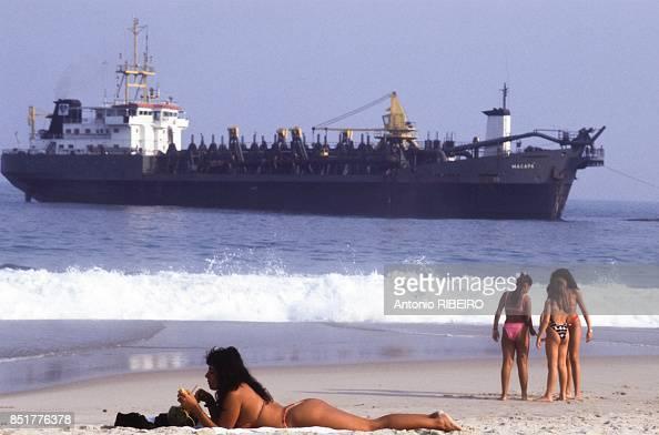 Femme En Maillot De Bain Allongée Sur La Plage D Ipanema Le 5 Juin News Photo Getty Images