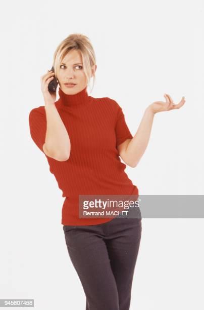 Femme faisant des gestes au tlphone