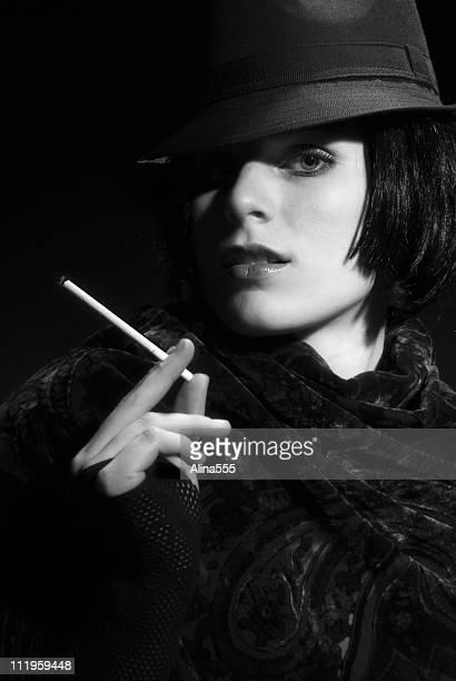 femme fatal: mulher bonita vestindo chapéu sobre fundo preto - mulher fatal - fotografias e filmes do acervo